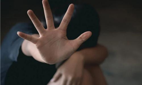 Τρόμος για τις ανήλικες: Από τη Ραφήνα έως τη Λιβαδειά και τη Θεσσαλονίκη, μια ιστορία σεξουαλικής παρενόχλησης δρόμος - πράσινος τύπος